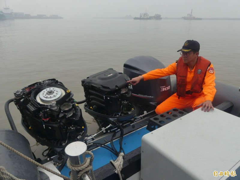 金門海巡隊員指著遭中國船撞壞的舷外機。(記者吳正庭攝)