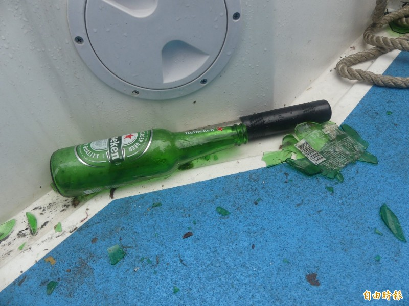金門巡防艇上留下遭中國船丟擲的啤酒瓶及碎片。(記者吳正庭攝)