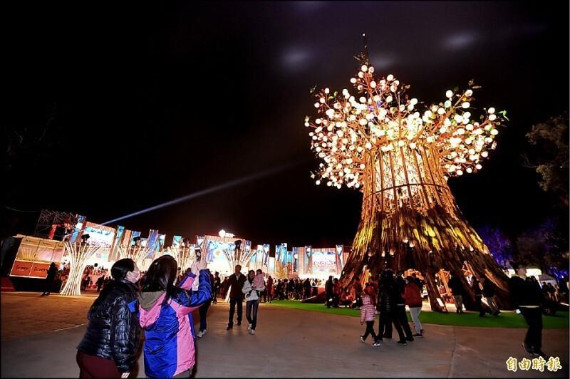 2020台灣燈會主燈「森生守護─光之樹」,展期間吸引許多民眾到場爭相拍攝。(資料照)