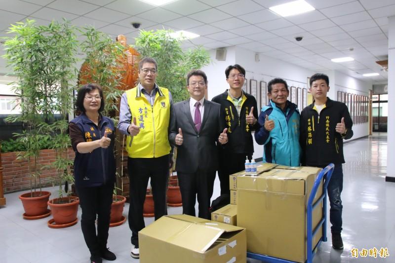 竹南在地企業家林泉宗(左三)熱心公益,眼見疫情升溫,再度捐贈六千片口罩、六百瓶乾洗手液給竹南鎮公所。(記者鄭名翔攝)