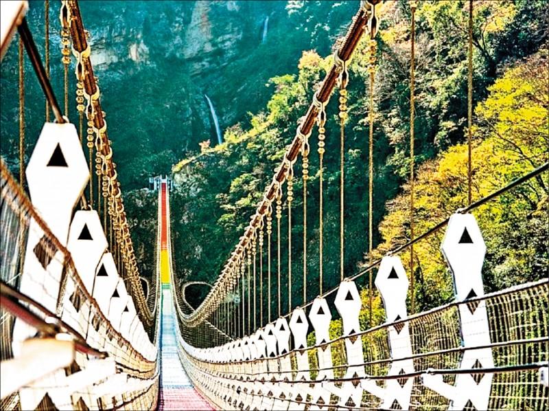 全台最長、橋面距山谷最深的信義雙龍瀑布七彩吊橋,將於4月開放。(資料照)