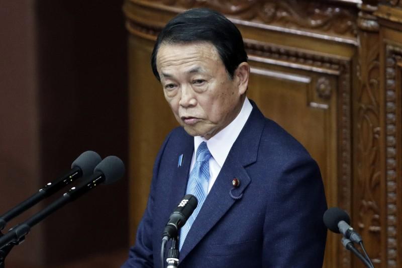 麻生太郎在談到武漢肺炎(COVID-19)疫情時,直言「不相信」中國發布的感染人數等數據。(彭博)