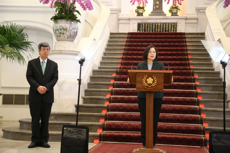 總統蔡英文(右)19日下午在總統府發表敞廳談話,強調台灣經濟基本面良好,資金充沛,國安基金也密切注意國際動態,已經在備戰狀態。左為副總統陳建仁。(中央社)
