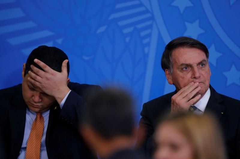 日前陪同巴西總統波索納洛(Jair Bolsonaro)(右)訪美的參議院主席戴維·阿爾科倫布雷(Davi Alcolumbre)(左)於當地時間18日晚間宣布確診,隨後,另外同行的2位部長也宣布感染武漢肺炎,22位隨行人員中已有17人感染。(路透社)