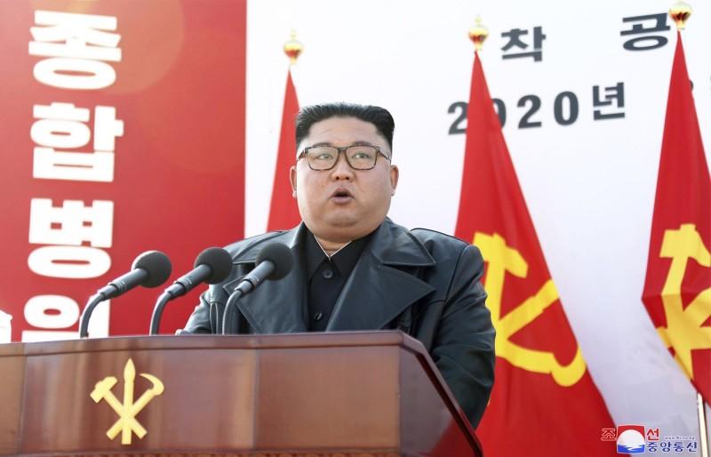 有韓媒報導,北韓的嚴格防控措施,已為當地帶來民生危機。圖為北韓領導人金正恩,17日在平壤一間醫院的動工儀式上致詞。(美聯社)
