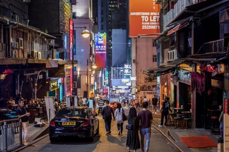 蘭桂坊為香港知名的夜生活消遣場所;報導指出,相關單位表示將會追查蘭桂坊情形。(彭博)