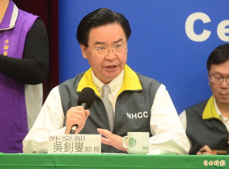 台美昨天首度發出「防疫夥伴關係聯合聲明」,外交部長吳釗燮表示,美方已為台灣保留30萬件防護衣原料,而台灣未來也將每週提供10萬枚口罩給美方。(資料照)