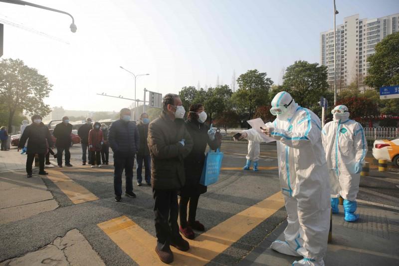 中國武漢爆發的武漢肺炎(COVID-19,新型冠狀病毒疾病)疫情,持續在全球延燒。(法新社)