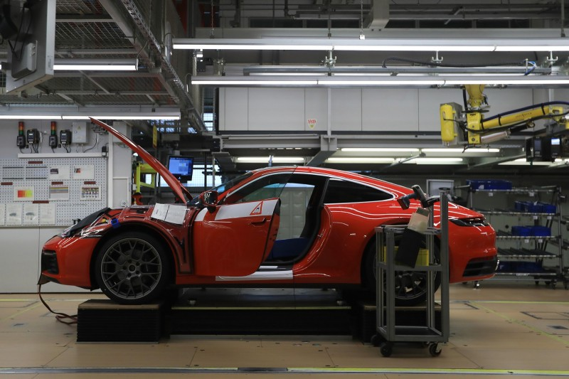 保時捷宣布,德國境內2處工廠自3月21日起停工。圖為位於德國斯圖加特的保時捷生產線。(彭博)