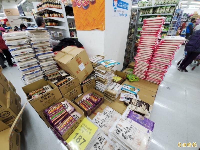 最近又有不少人擔憂疫情而搶購物資,超市內通常堆成小山的各品牌白米產品瞬間少了一大半。(記者林惠琴攝)