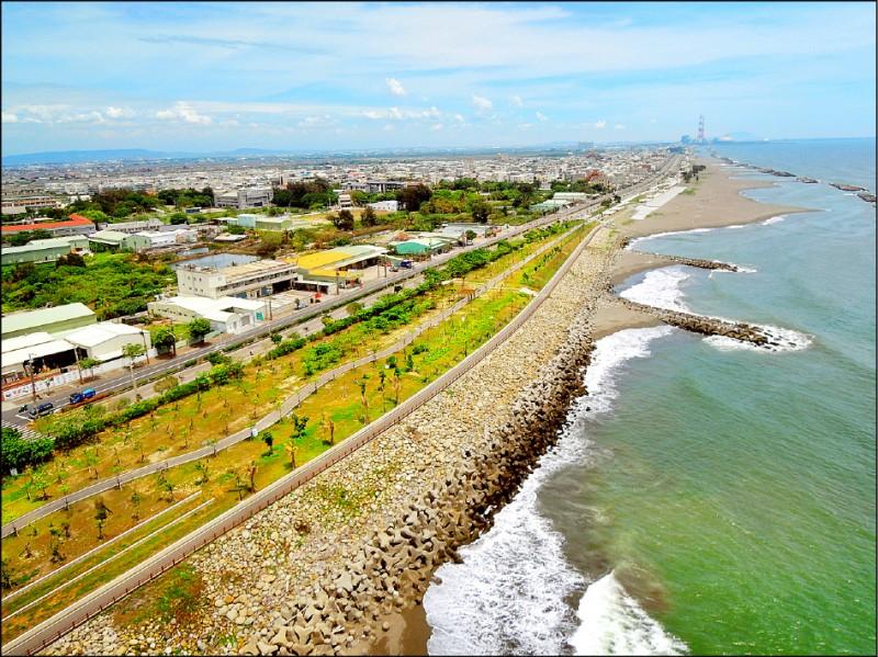高雄市政府費時多年改造茄萣海岸線,與台南黃金海岸連成一氣。(水利局提供)