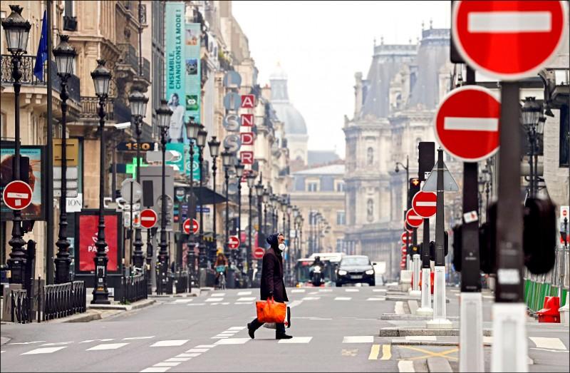 法國巴黎採取封鎖措施後,著名的里沃利街(Rivoli)人煙稀疏。(路透)