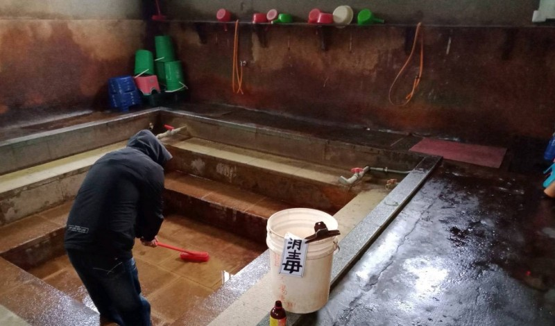 基於防疫需要,新北市金山區公所暫停開放轄內的五間公共浴室,將等候疫情趨緩,市長通知再對外開放。(記者俞肇福翻攝)