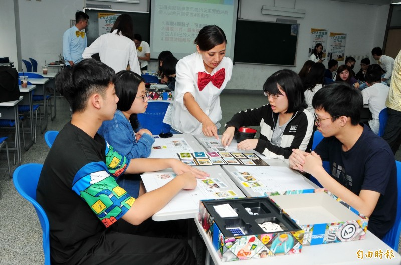 靜宜資科系為大一學生規劃「定錨課程」,搭配「人生履歷」活動,協助學生瞭解未來目標。(記者歐素美攝)