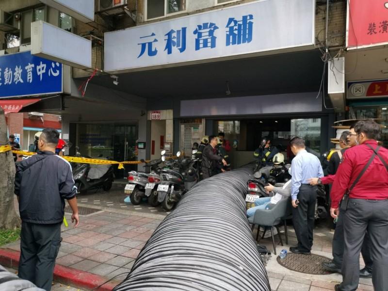 北市信義區發生工安意外,2人受傷送醫。(記者邱俊福翻攝)