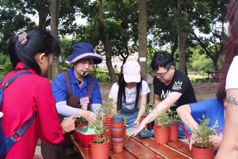 五股區的「準休閒農場」設有DIY體驗區,提供彩繪盆栽、彩繪風箏、拓印環保袋等活動。(新北市政府農業局提供)