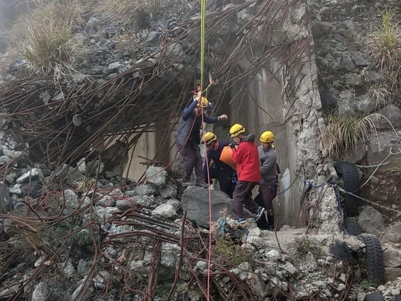 阿里山森林鐵路眠月線傳出女山友墜谷意外,救援工程艱鉅。(記者蔡宗勳翻攝)