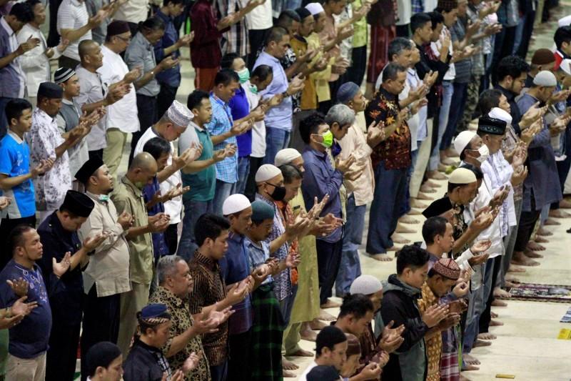 印尼首都雅加達疫情嚴峻,20日仍有數百民眾聚集清真寺祈禱。(路透)