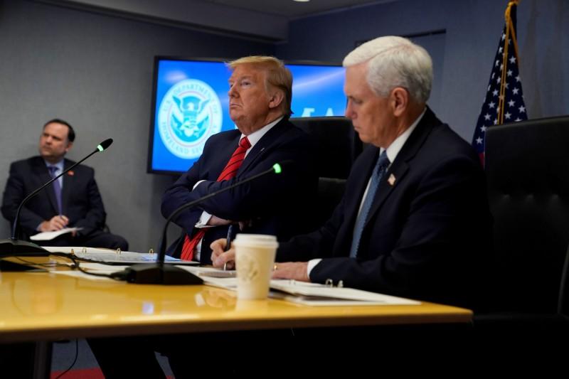 美國總統川普(中)與副總統彭斯(右)與美國州長視訊討論防疫。(路透)