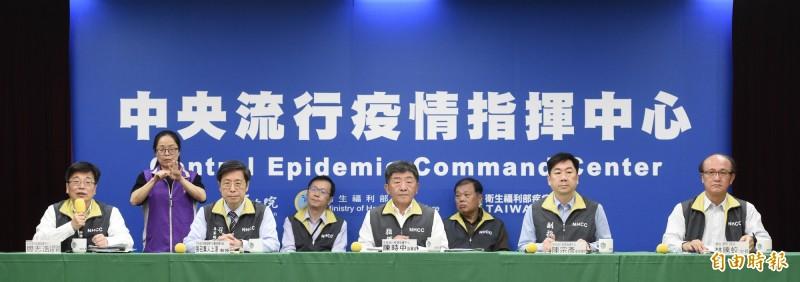 中央流行疫情指揮中心今天宣布,新增27例武漢肺炎確診病例,其中24例境外移入、3例本土,另有1人死亡。(記者叢昌瑾攝)