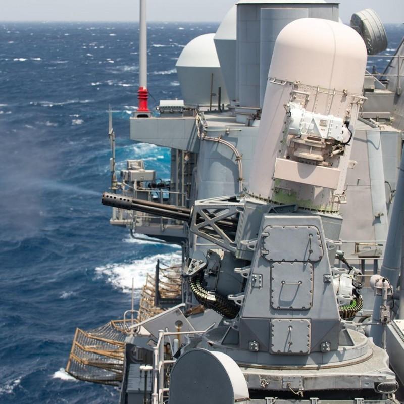 美國海軍提康德羅加級巡洋艦邦克山號(USS Bunker Hill),本週在南海實彈射擊方陣快砲。(圖擷自U.S. Pacific Fleet臉書)