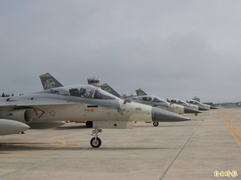 國造IDF戰機能在四至五分鐘內,完成緊急起飛升空攔截任務,能力優於F16及幻象戰機,是軍方決定將IDF戰機前進部署澎湖的關鍵。圖為前進部署澎湖的天駒中隊IDF戰機。(圖:本報資料照片)