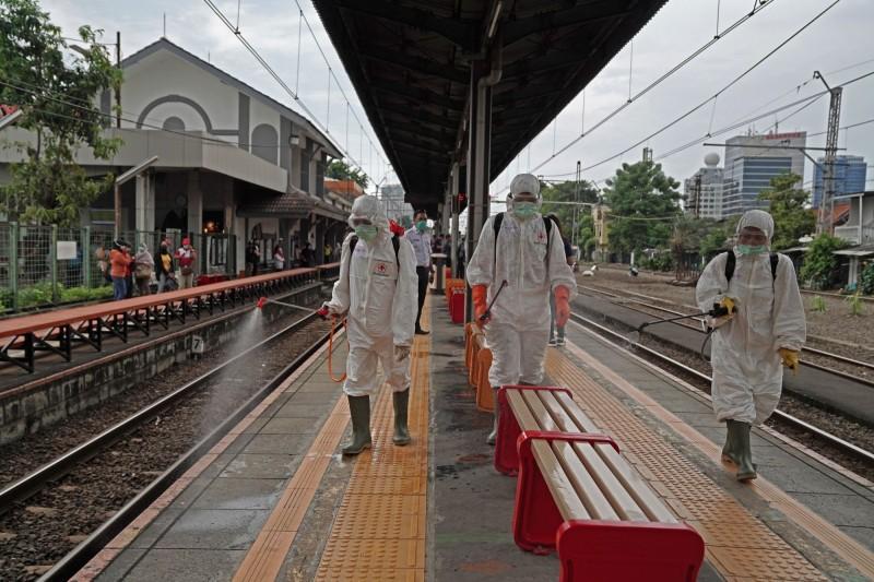 印尼雅加達省長阿尼斯宣布,受到疫情衝擊的首都雅加達市,未來兩星期將進入緊急狀態。圖為當地火車站進行月台消毒。(彭博)