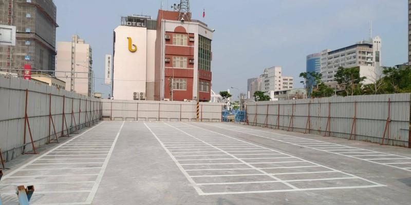 河樂廣場周邊停車難,南市交通局已再劃設機車格位供民眾停放。(記者洪瑞琴翻攝)