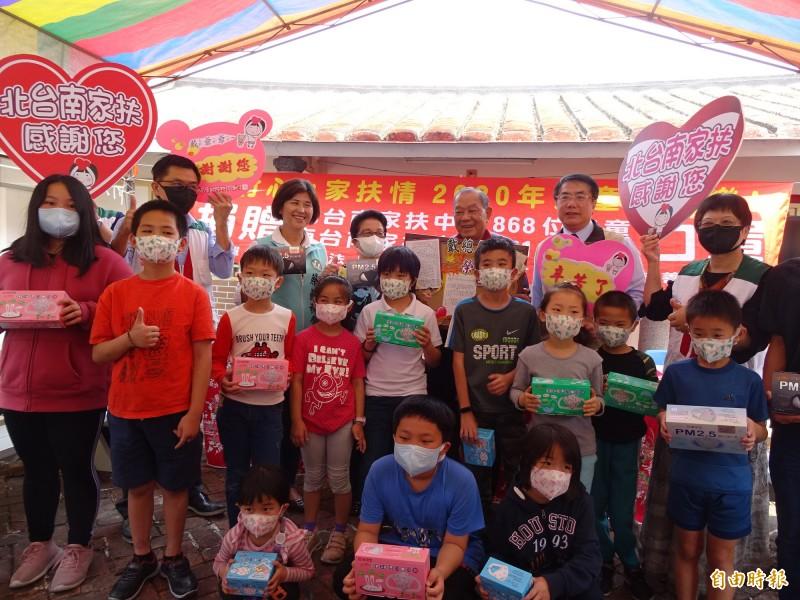 台南家扶的孩子開心獲贈口罩。(記者楊金城攝)