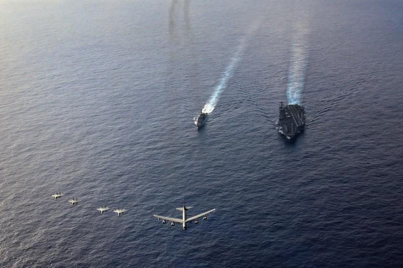 美軍B-52轟炸機和F-15鷹式戰鬥機,聯合航母與巡洋艦在南海軍演,無疑是在對中國展示武力。(圖擷自U.S. Pacific Fleet臉書)