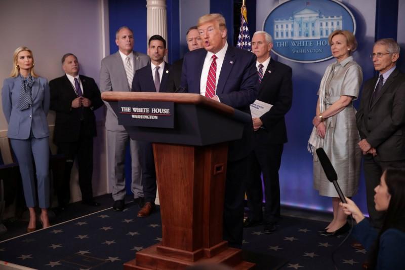 川普今日與國土安全部代理部長、國務卿、副總統等在白宮談話情況。(路透)
