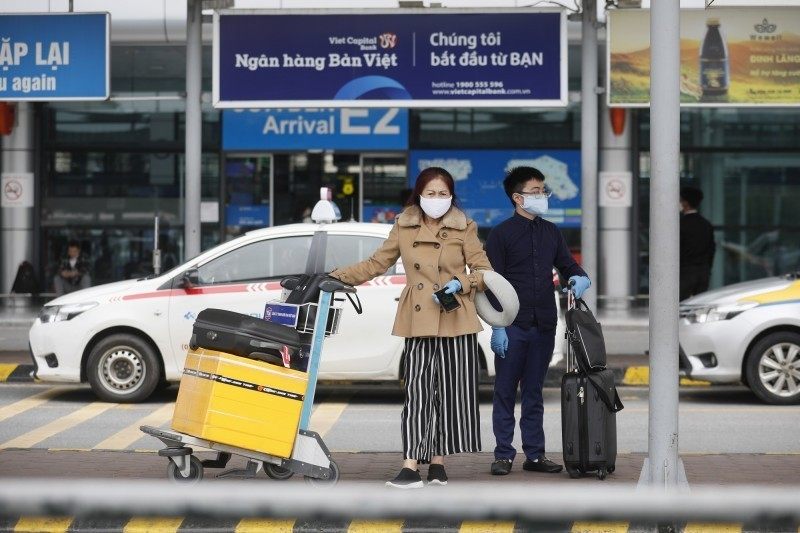 越南政府發表聲明指出,將暫停所有航班入境,並管制陸路與海上的邊境,以防止武漢肺炎疫情擴散。圖為抵達越南河內內排國際機場(Noi Bai International Airport)的旅客。(歐新社)