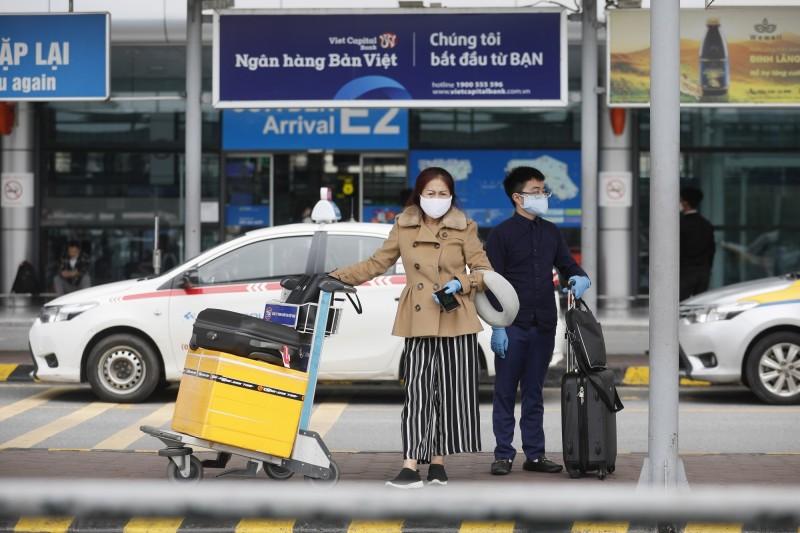 越南政府宣布,今日起所有入境旅客皆強制集中隔離14天。圖為抵達越南河內內排國際機場(Noi Bai International Airport)的旅客。(歐新社)