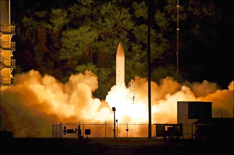 五角大廈二十日宣布,十九日已從夏威夷考艾島的「太平洋飛彈試射場」,成功試射一枚無彈頭的高超音速飛彈原型彈。圖為美國海軍發布的試射現場照片。(法新社)