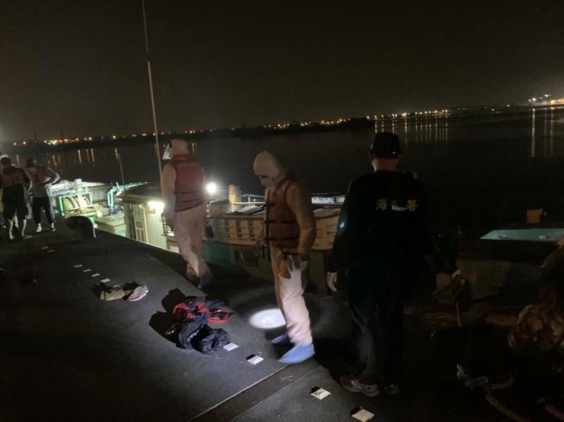 海巡查緝漁船偷渡越南人來台,值此時刻格外令人擔憂成為防疫破口。(記者陳彥廷翻攝)