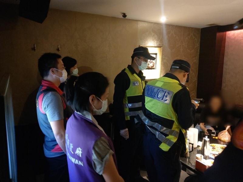 防武漢肺炎,台東警分局突擊檢查各大小夜店和小吃部。(記者陳賢義翻攝)