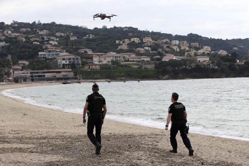 法國憲兵已開始使用無人機巡邏海灘等空地。(法新社)
