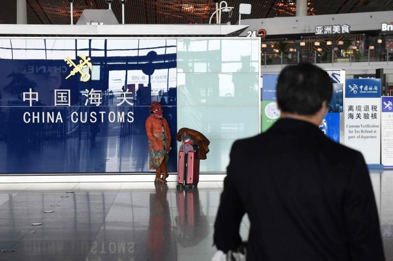 中國宣布,所有國際航班需先在第一入境點下機安檢後才能再前往北京。(法新社)