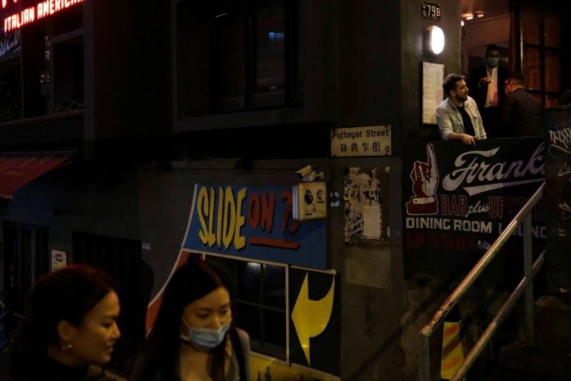香港今新增44例確診病例,包含15例本土感染個案,其中多人去過香港夜生活勝地蘭桂坊。圖為蘭桂坊一帶街景。(路透)