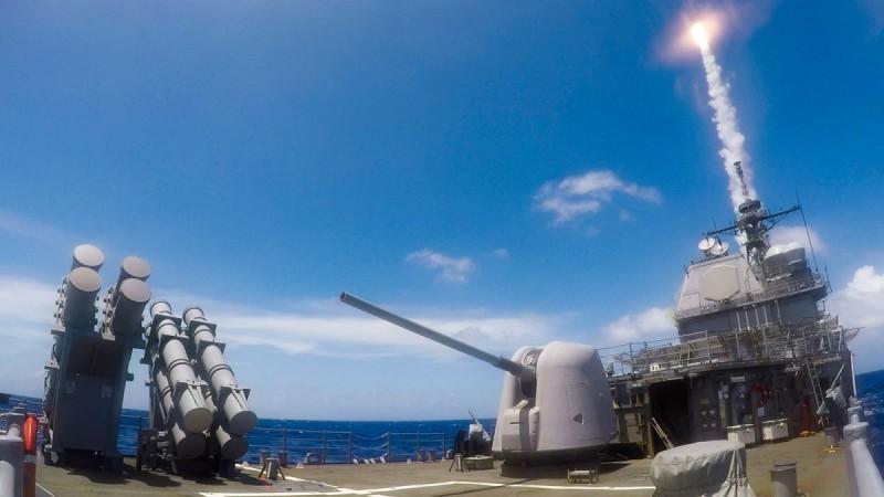 美國提康德羅加級巡洋艦夏洛號,在菲律賓海進行軍演並發射標準二型飛彈。(圖擷自U.S. Pacific Fleet推特)