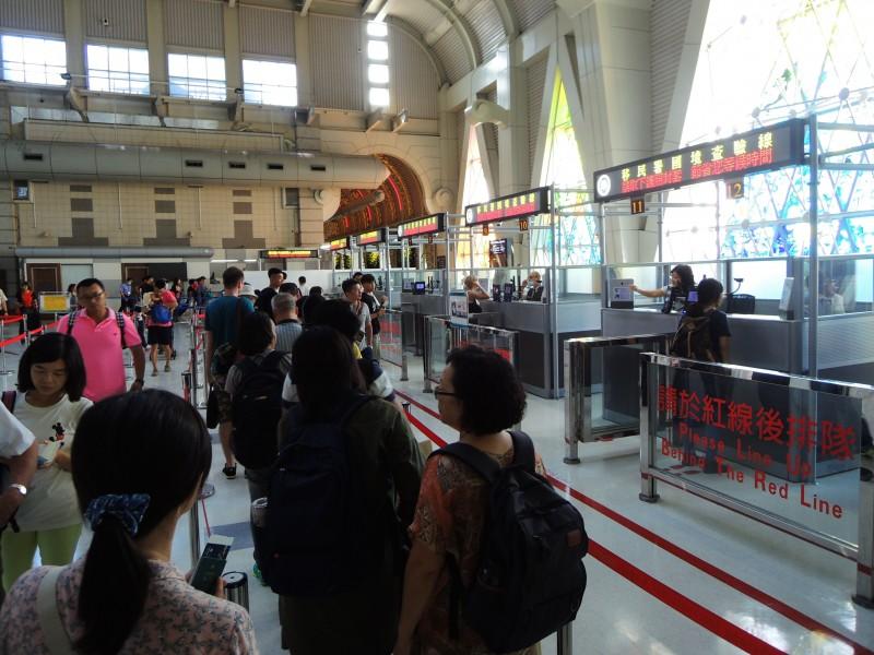 為避免轉機旅客造成疫情破口,中央流行疫情指揮中心昨宣布,自台灣時間三月廿四日凌晨零時起至四月七日,全面禁止旅客登機來台轉機。(資料照)
