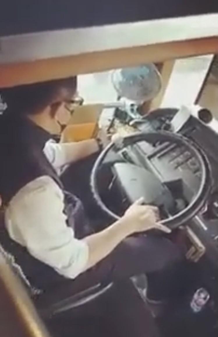 桃園客運1名行駛國道的司機,昨天上午卻被民眾拍照爆料,這名司機竟然邊開車邊玩手機遊戲。(記者陳恩惠翻攝自「爆料公社」)