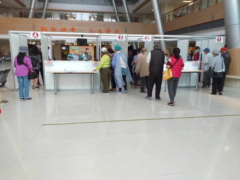 嘉義長庚醫院進入醫院民眾需加以檢查。(記者林宜樟翻攝)