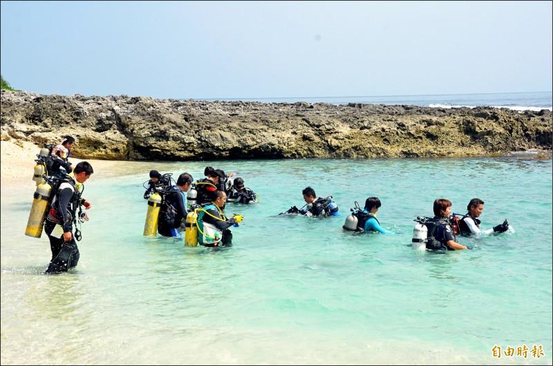 陽光、沙灘、海洋是小琉球觀光旅遊吸引人的地方。(記者葉永騫攝)