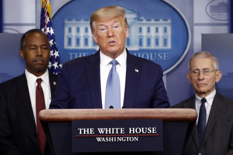 美國總統川普在21日的白宮簡報會議中被問及醫療用品問題時反問「為什麼老是丟掉口罩?」(美聯社)