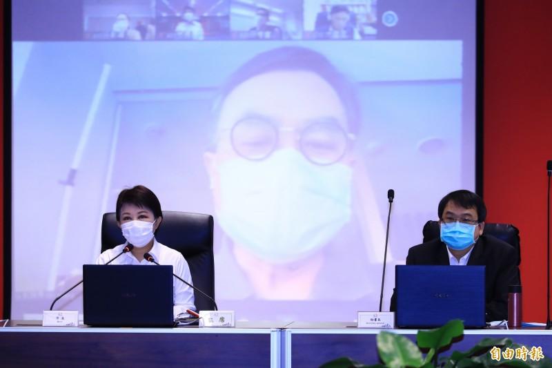 台中市政府市政會議今日首次進行視訊會議,市長盧秀燕(左)與都發局長黃文彬視訊通話。(記者張菁雅攝)