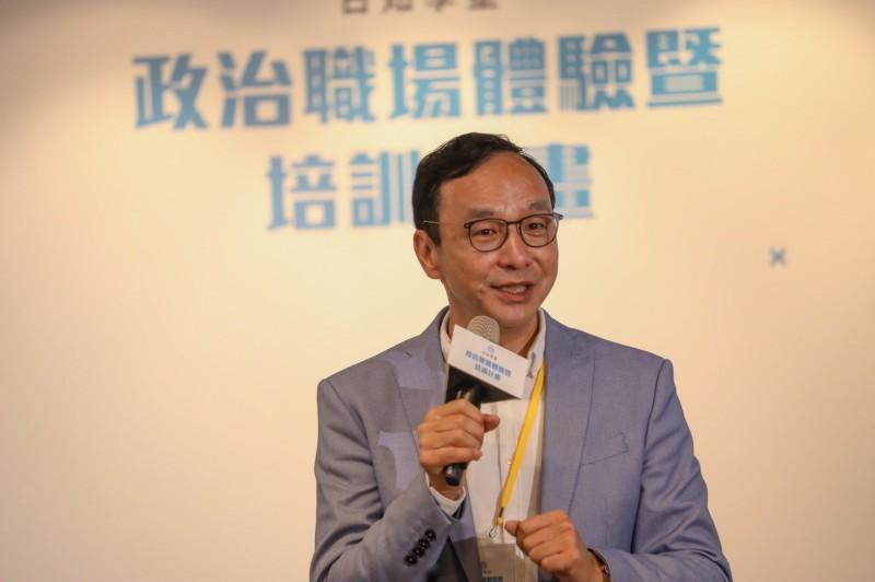 台北市議員徐巧芯所發起「日知學塾」今舉行上線記者會,並邀請國民黨前主席朱立倫到場支持。(圖由朱立倫辦公室提供)