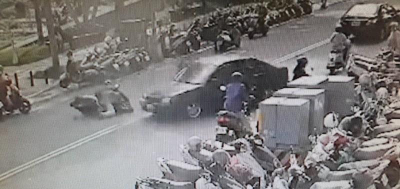 老翁倒車時一路撞倒路人與騎士。(取材自網路)