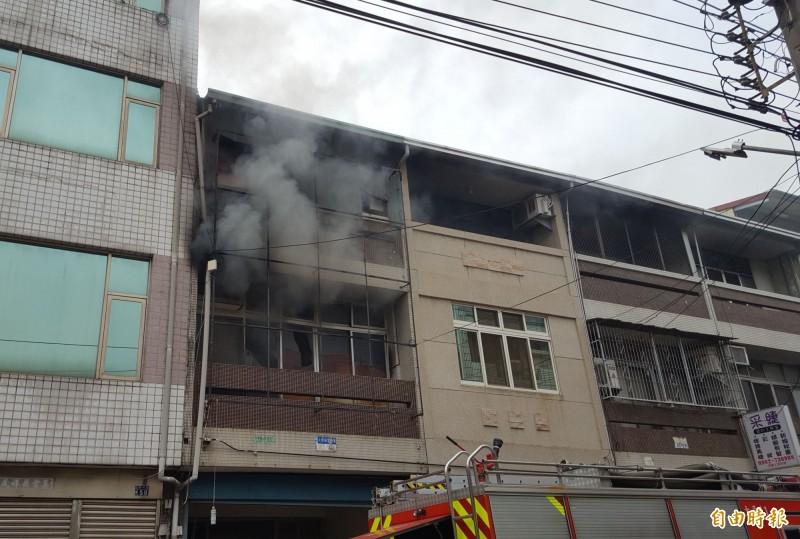 太平東村路今天中午發生民宅火警,2樓不斷有濃煙竄出。(記者陳建志攝)
