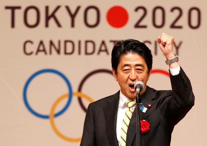 日本首相安倍晉三(見圖)今(24)日晚間在首相官邸和國際奧會(IOC)主席巴赫進行視訊會談時提議,原定今年舉辦東京奧運和帕運延後在1年內舉辦。(法新社)